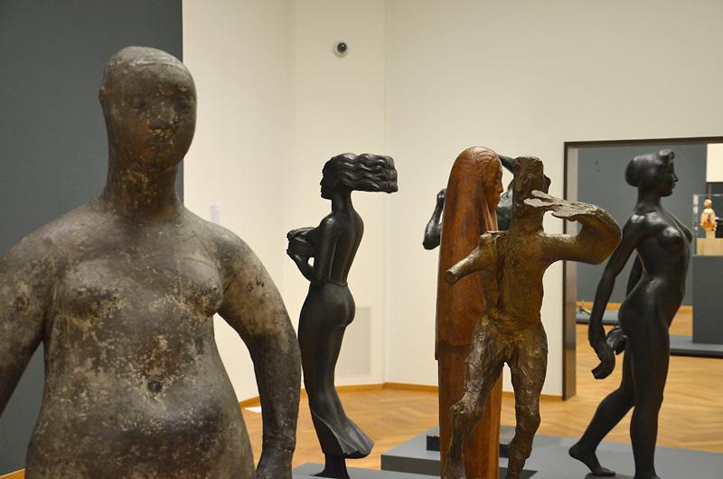 Museumzaal met onder anderen Marini, Rodin en Maillol in het Gemeentemuseum