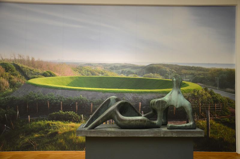 Reclining Figure van Henry Moore voor een foto van James Turrell's Hemels Gewelf in Kijkduin
