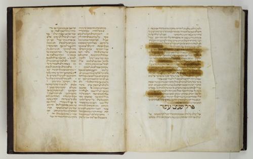 Een bladzijde met censuur door de inquisitie in het oudste Hebreeuwse handschrift uit de collectie van Ets Haim, een kopie van de wetstekst Misjne Tora van Moses Maimonides (1138-1204), gekopieerd in Narbonne in 1282. Foto: Ardon Bar-Hama