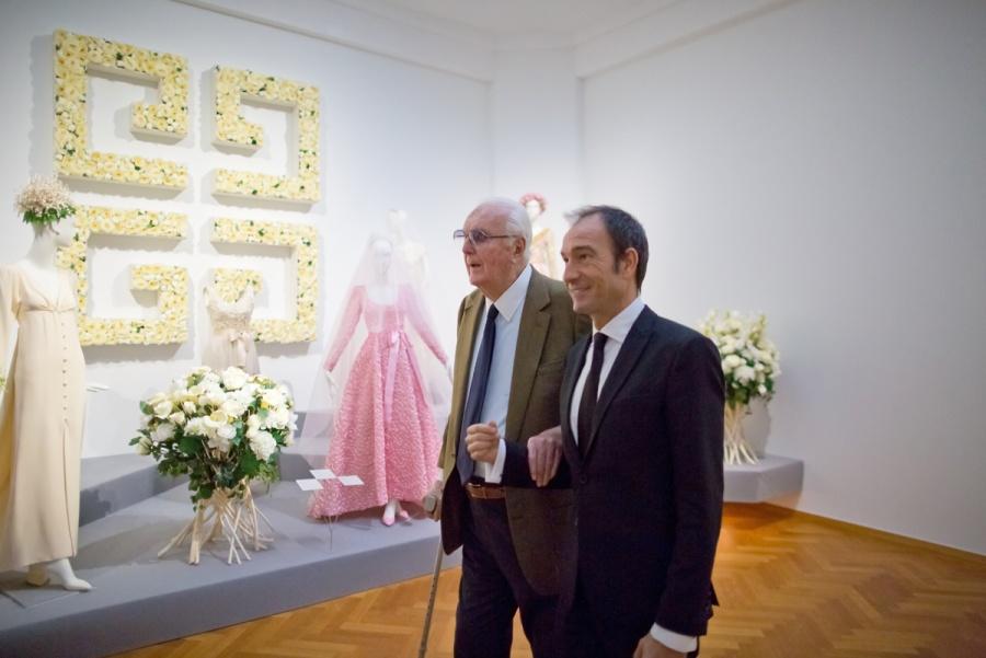 Hubert de Givenchy (links) bij door hem ontworpen trouwjurken op de tentoonstelling. Foto Maurice Haak, Den Haag Marketing