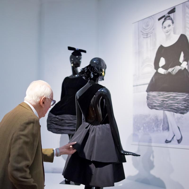Hubert de Givenchy schikt nog iets aan een van zijn creaties op de tentoonstelling. Foto Maurice Haak, Den Haag Marketing