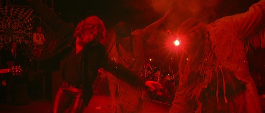 Jim Morrison danst op het podium met de geesten van indianen. Bron: screenmusings.org