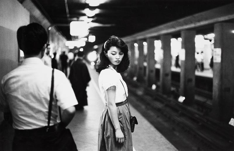 Ed van der Elsken, Meisje in de metro, Tokio (1984) Nederlands Fotomuseum / © Ed van der Elsken / Collectie Stedelijk Museum Amsterdam