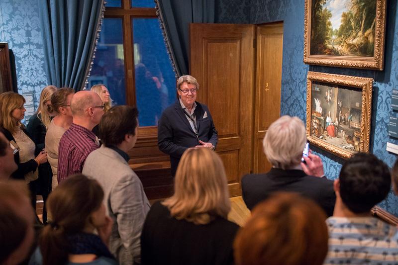 Robert Kranenborg leidt rond op zaal (foto Mauritshuis)