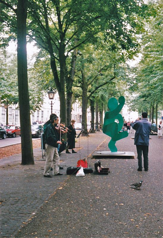 Altijd wel een violist op de expo, zoals hier bij een werk van Keith Haring in 2000
