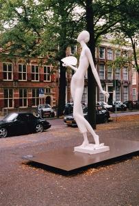 Stijlvolle dame bij het Pageshuis in 2000