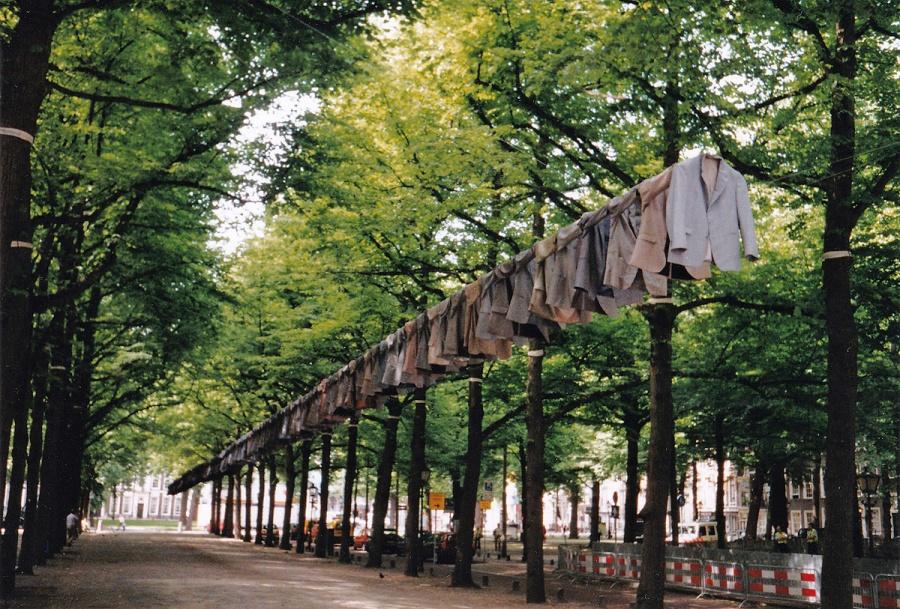 'In the Darkness' van Kaarina Kaikkonen bestond uit gedragen jasjes. Tentoonstelling Giganten-Europese smaakmakers, 2004