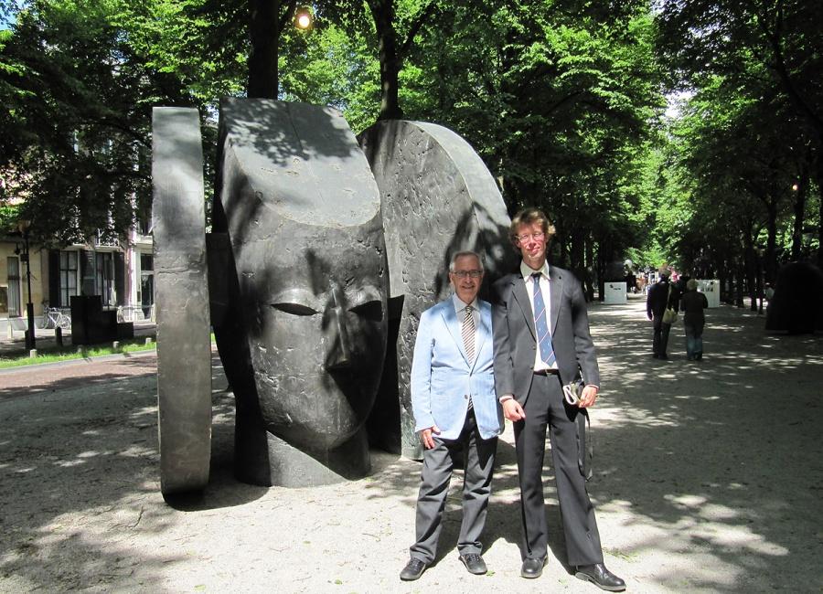 In de latere jaren '00 waren enkele tentoonstellingen gewijd aan één kunstenaar. In 2010 poseerde schrijver dezes met Manolo Valdés (links)