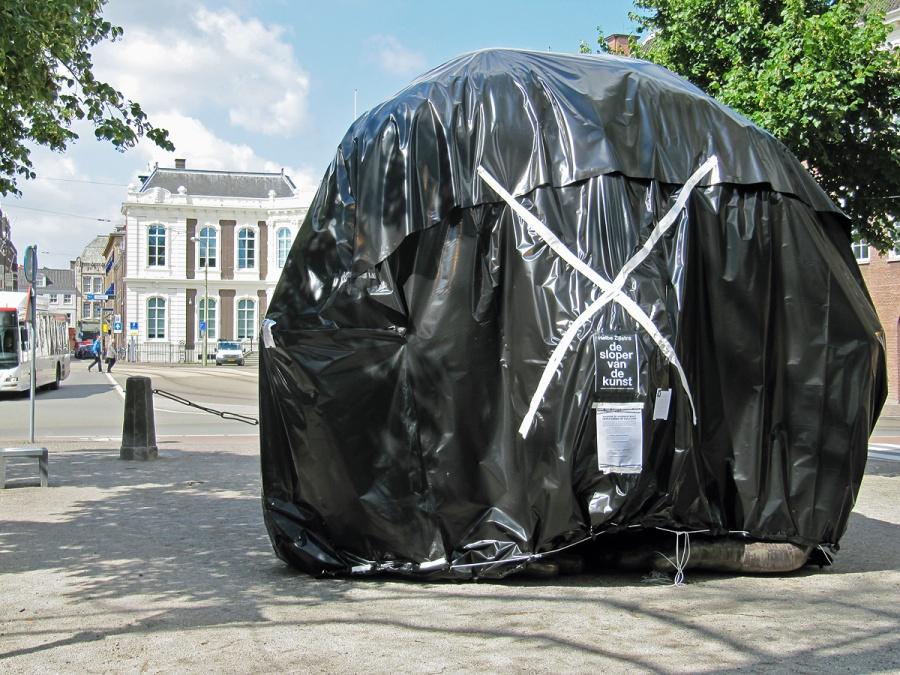 In 2011 pakten actievoerders de beelden in als protest tegen Halbe Zijlstra's voorgenomen cultuurbezuinigingen. Hun vrees, dat er straks geen kunst meer te zien zou zijn, is nu alsnog bewaarheid geworden.