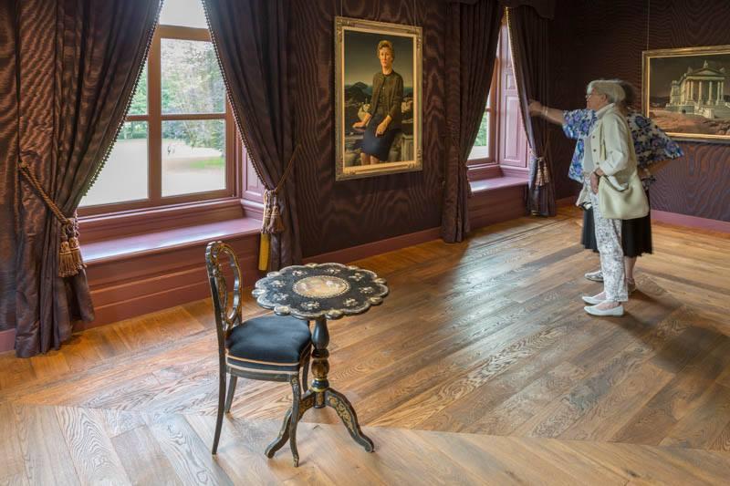 Zaal 12, met 'Portret van mevrouw de. A.G.M. Huijsman-Evers' en 'Tate Gallery verplaatst'.