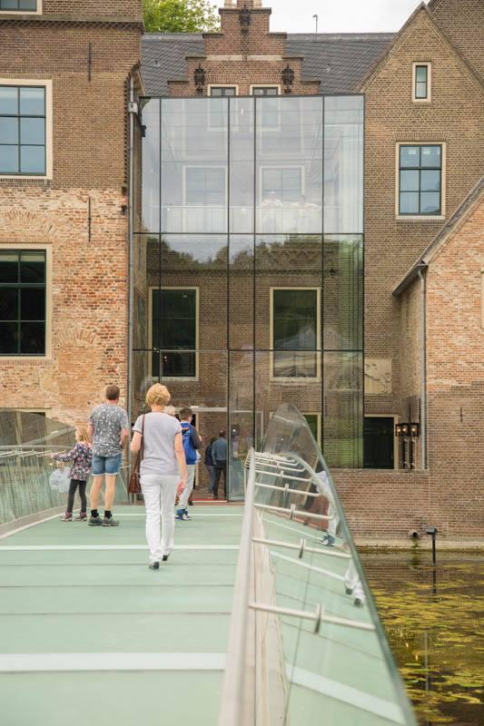 Entree met glazen brug Museum MORE Kasteel Ruurlo