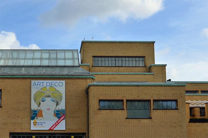 Gevel Gemeentemuseum met affiche Art Deco Paris