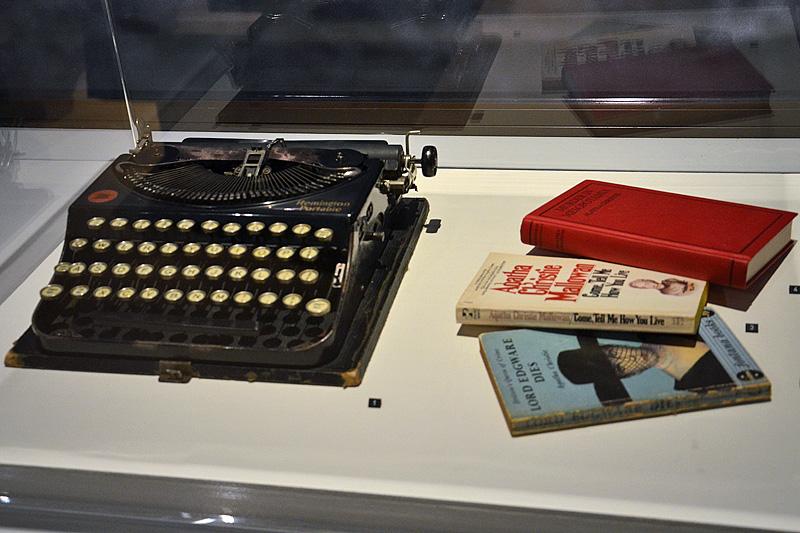 Boeken die Agatha Christie in of over haar tijd in Nineveh schreef en het soort typemachine dat zij gebruikte (foto auteur)