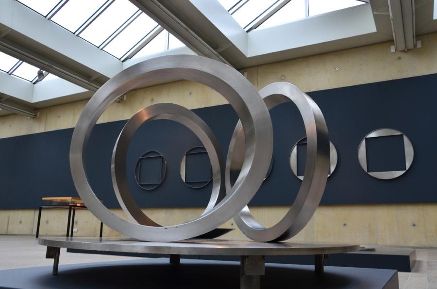 Voorgrond: ovale ringen; achtergrond: zonder titel. Foto auteur