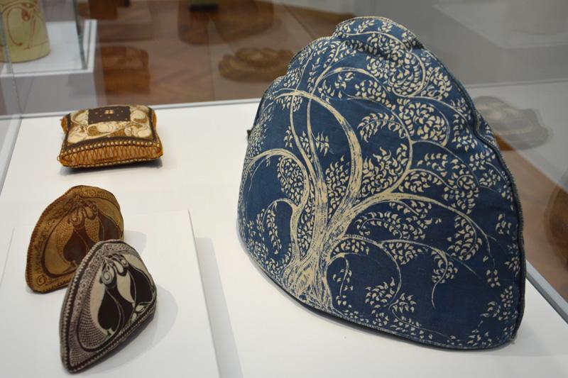 Ambachtelijkheid: theemuts en aanvattertjes van expo De vrouw 1813-1913