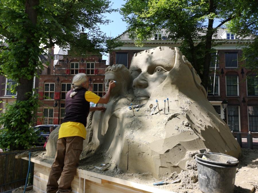 Zandkunstenaar in actie op het Lange Voorhout (foto's auteur)