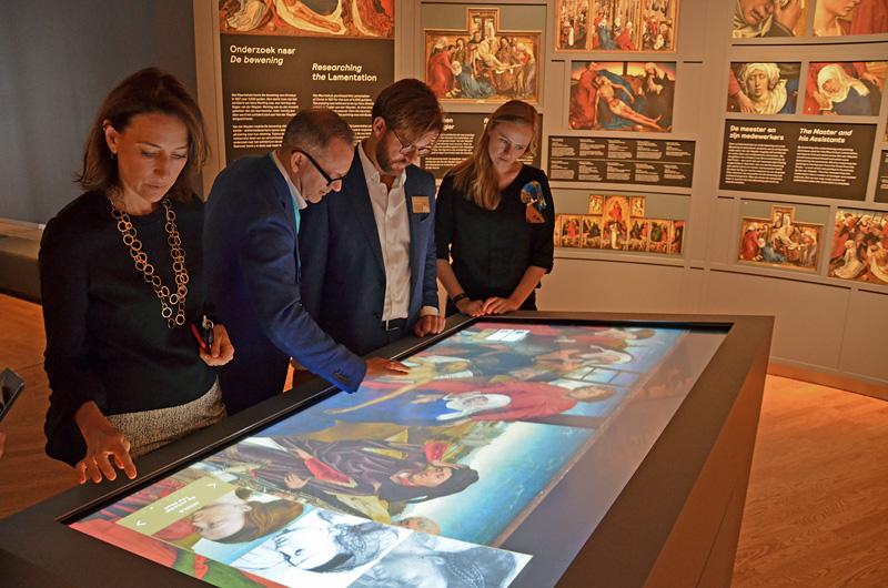 Directeur Emilie Gordenker (links) met museummedewerkers bij het touchscreen (alle foto's auteur)