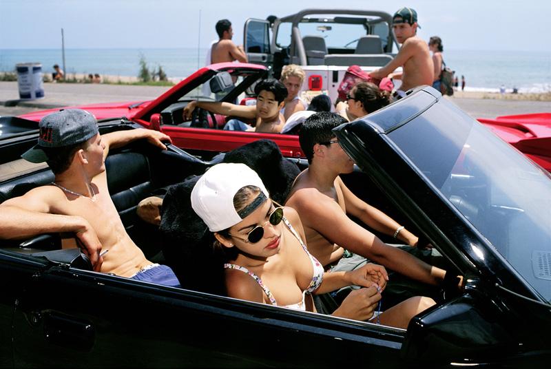 Mijanou (18), verkozen tot 'Best Physique' op de Beverly Hills High School, spijbelt om met haar vrienden naar het strand te gaan op de jaarlijkse 'Senior Beach Day', Santa Monica, Californië, 1993 © Lauren Greenfield / Fotomuseum Den Haag.
