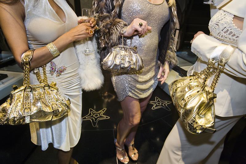 Jackie (41) en haar vriendinnen dragen Versace-handtassen tijdens een besloten openstelling van de Versace-winkel, Beverly Hills, 2007 © Lauren Greenfield / Fotomuseum Den Haag.