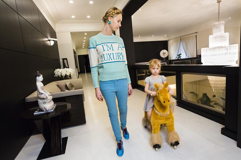 Ilona thuis met haar dochter Michelle (4), Moskou, 2012 © Lauren Greenfield / Fotomuseum Den Haag.