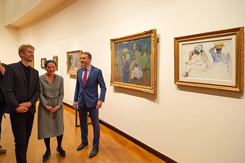 Joost van der Hoeven, Maite van Dijk en Axel Rüger poseren bij 'het hart van de tentoonstelling' (foto auteur)