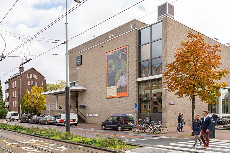Voorzijde Van Gogh Museum met banner (foto auteur)