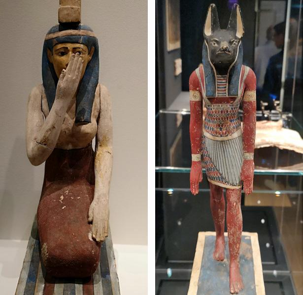 Isis (links) treurt om haar vermoorde man Osiris, Anoebis (rechts) wekt hem door mummificatie tot leven. Beeldjes uit Roemer und Pelizaeusmuseum, Hildesheim