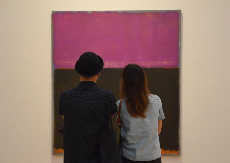 Bezoekers bij schilderij Mark Rothko