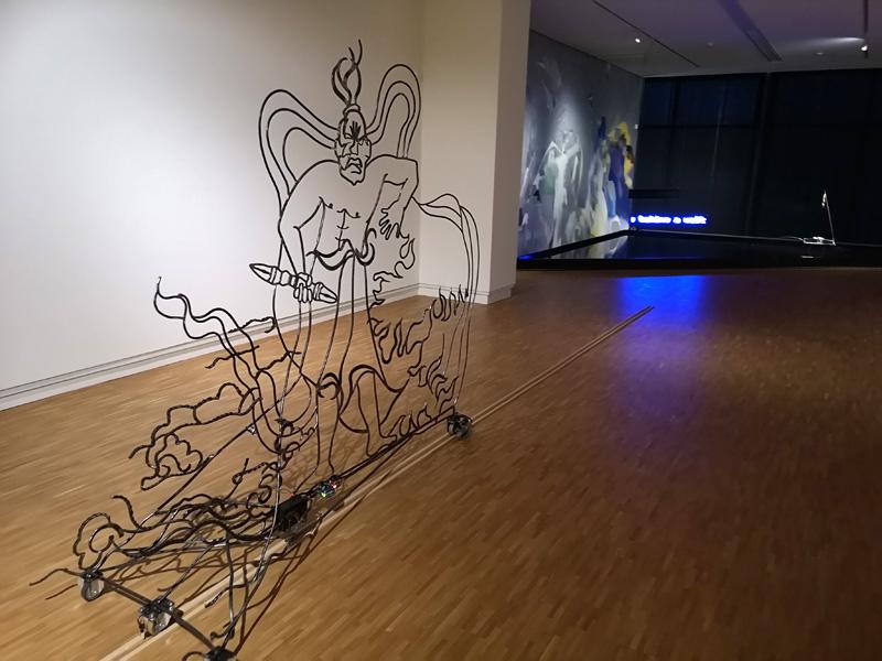 Rijdende poortwachter in de tentoonstelling van Mickey Yang (foto auteur)